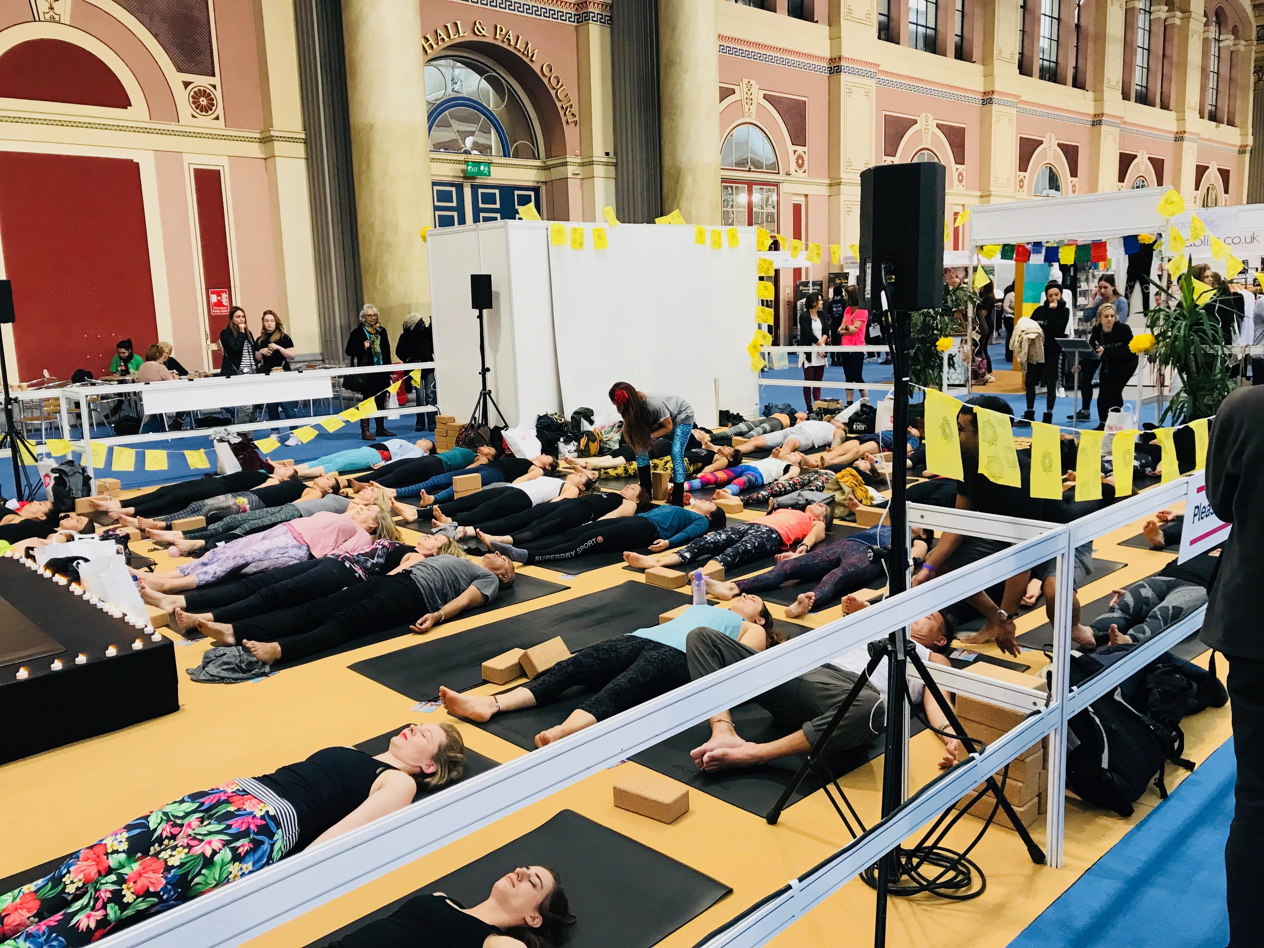 Uno de los espacios de clases de yoga en el OM Yoga Show
